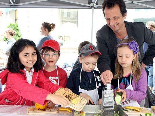 Beim Jamie Oliver Food Revolution Day kochte Christian Oxonitsch mit Kindern auf der Freyung