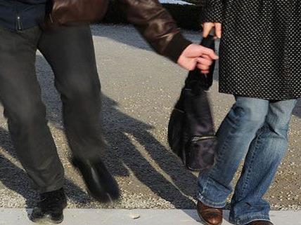 Der Mann hatte der Frau die Tasche von hinten entrissen.