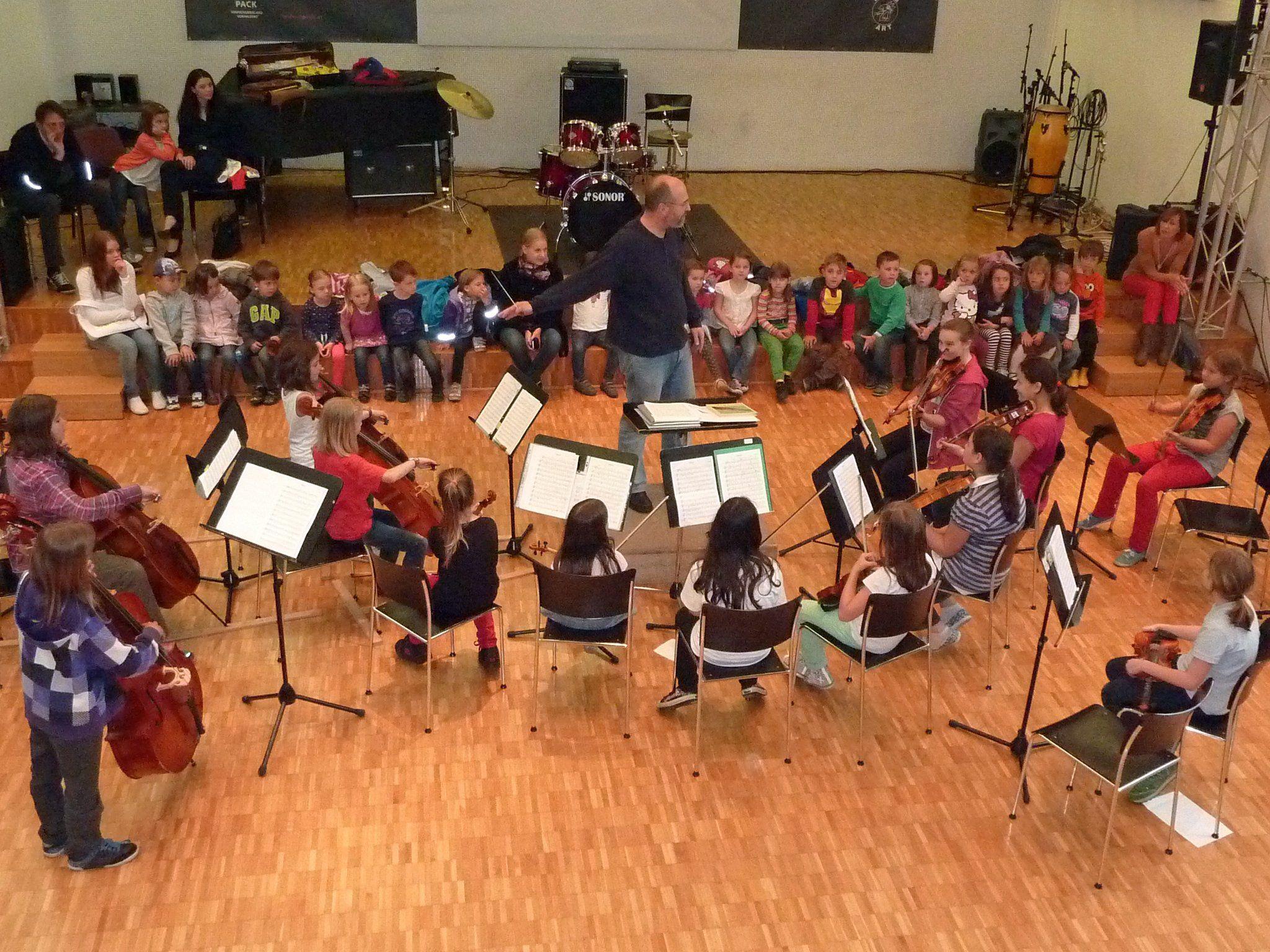 Die Kinder der Fischle- und Marienkäferle-Gruppe waren zu Besuch beim Kinderorchester.