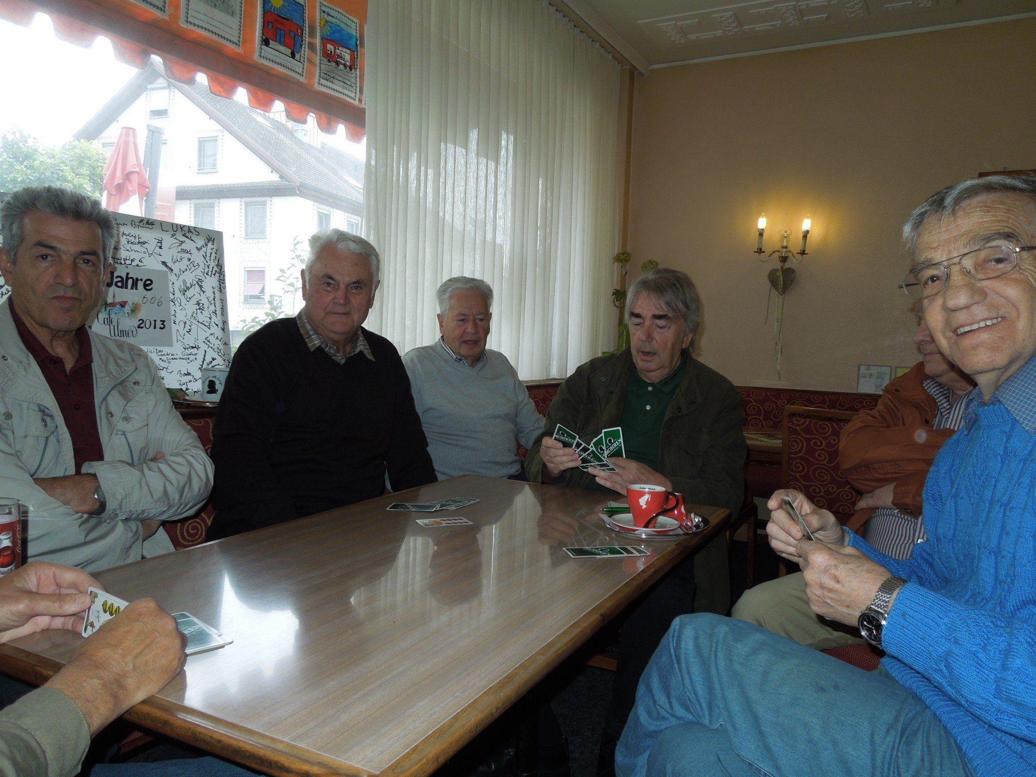Die Vormittagsjasser gehören fast schon zum Inventar im Cafe Ulmer in Haselstauden.