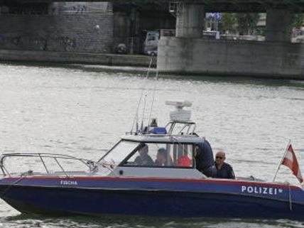 Polizeiboote waren zur Stelle, um einer Frau das Leben zu retten