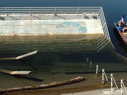 Dieses Floß wurde 2011 entfernt und muss nun laut Gerichtsurteil wieder montiert werden.