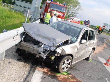 Drei Personen wurden bei dem schweren Unfall verletzt.