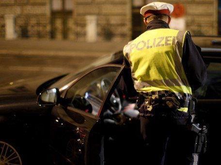 Der Mann lief vor der Polizei kurzerhand davon - allerdings erfolglos.