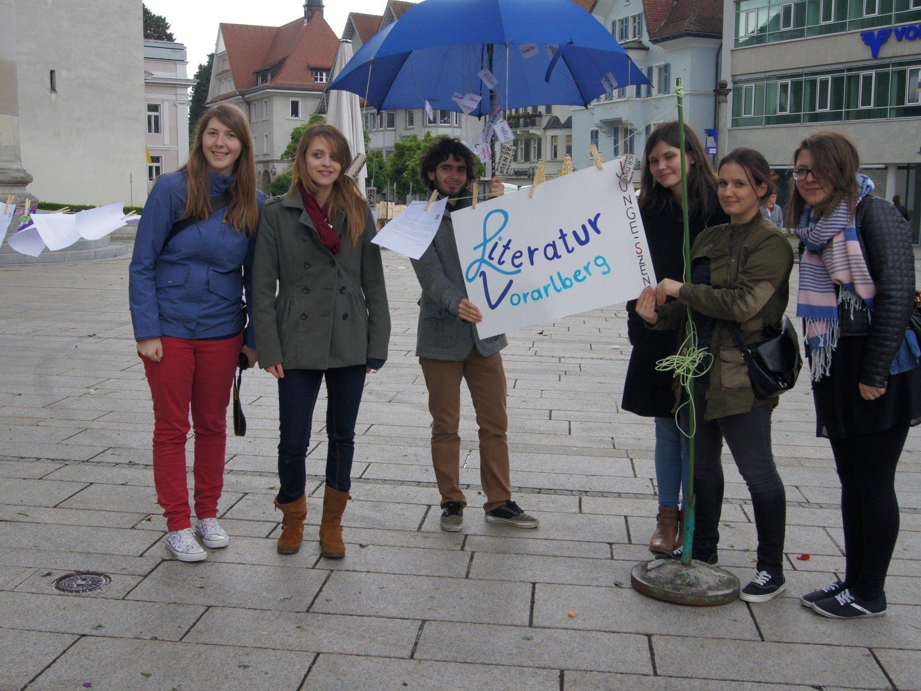 Junge Szene von Literatur Vorarlberg am Marktplatz