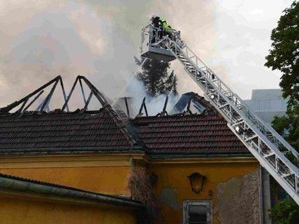 Das Feuer in der leerstehenden Villa in Döbling brach am Freitag aus.