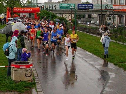 700 Läufer nahmen trotz Regenwetters an der Sportveranstaltung teil.