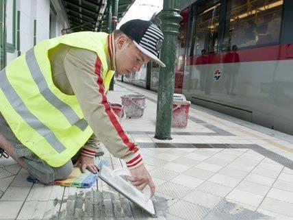 Wegen Renovierungsarbeiten hält die U6 nicht in der Station.