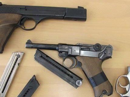 Zahlreiche Waffen wurden von der Polizei sichergestellt.