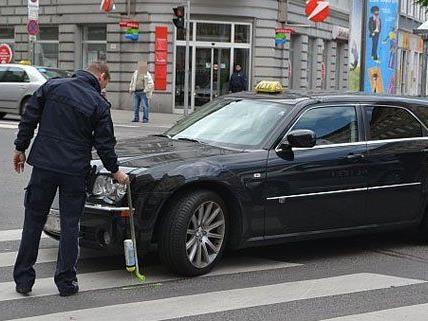 Eine 72-Jährige wurde am Mittwoch von einem Taxi angefahren.