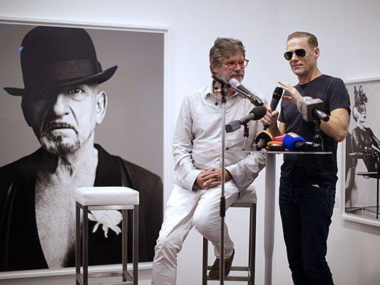 Bryan Adams und Galerist Peter Coeln (L) bei der Eröffnung im Ostlicht