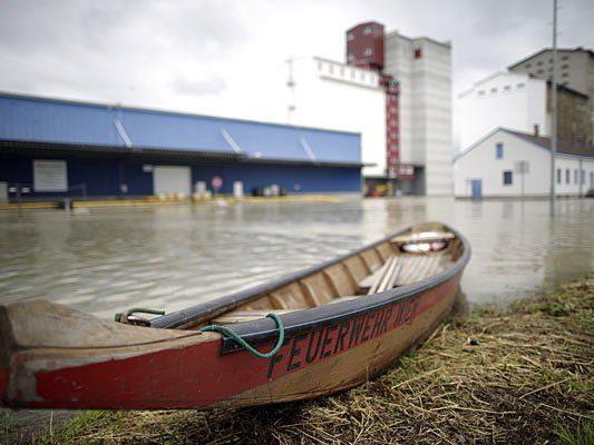Am Alberner Hafen: Nun entspannt sich die Hochwasser-Lage
