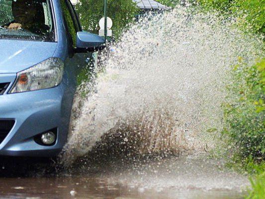 Vorsicht bei Hochwasser - das richtige Verhalten vermeidet Schäden am Pkw