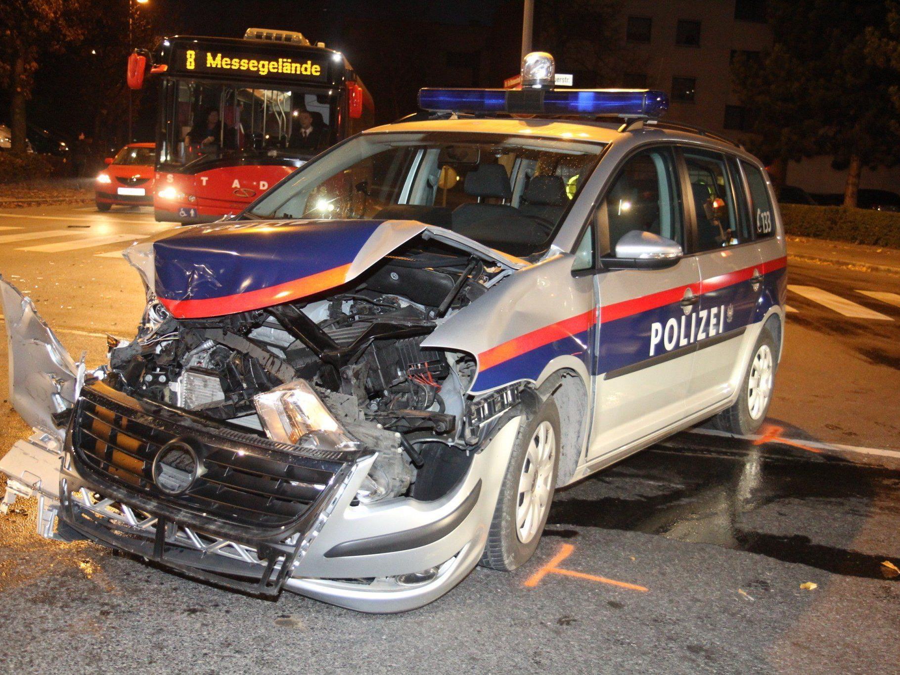 7. November 2011: Polizist fuhr mit Blaulicht, Folgetonhorn und Tempo 30 bis 40 in die Kreuzung ein, es kam zur Kollision.