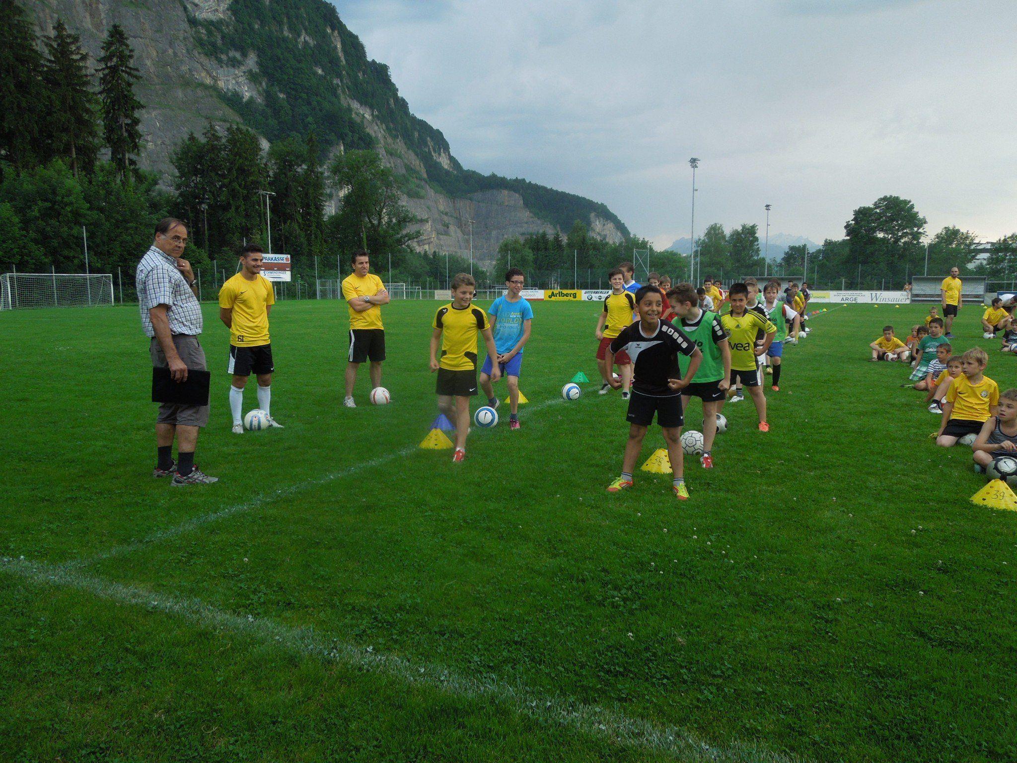 Die Kicker des SC Graf Hatlerdorf üben fleißig für ihren großen Auftritt beim Festabend zum 100. Geburtstag des FC Dornbirn.