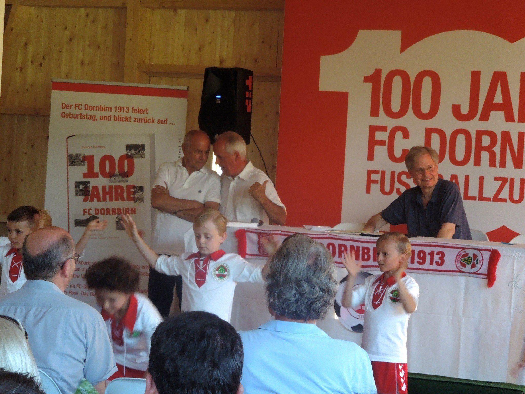 Bei der Buchpräsentation zeigte der FC-Nachwuchs auch gleich Eindrücke vom Fußballballett.