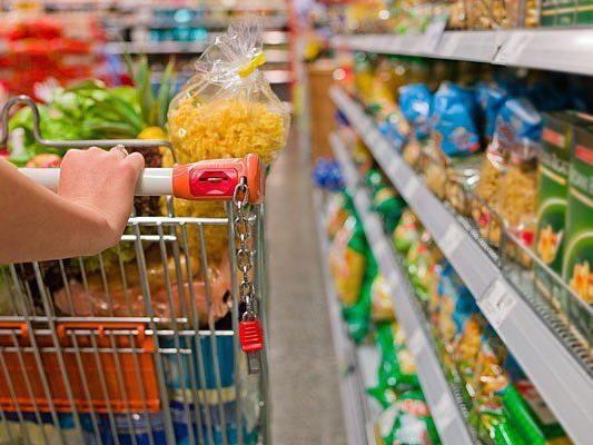 Dieb stahl im Supermarkt Lebensmittel