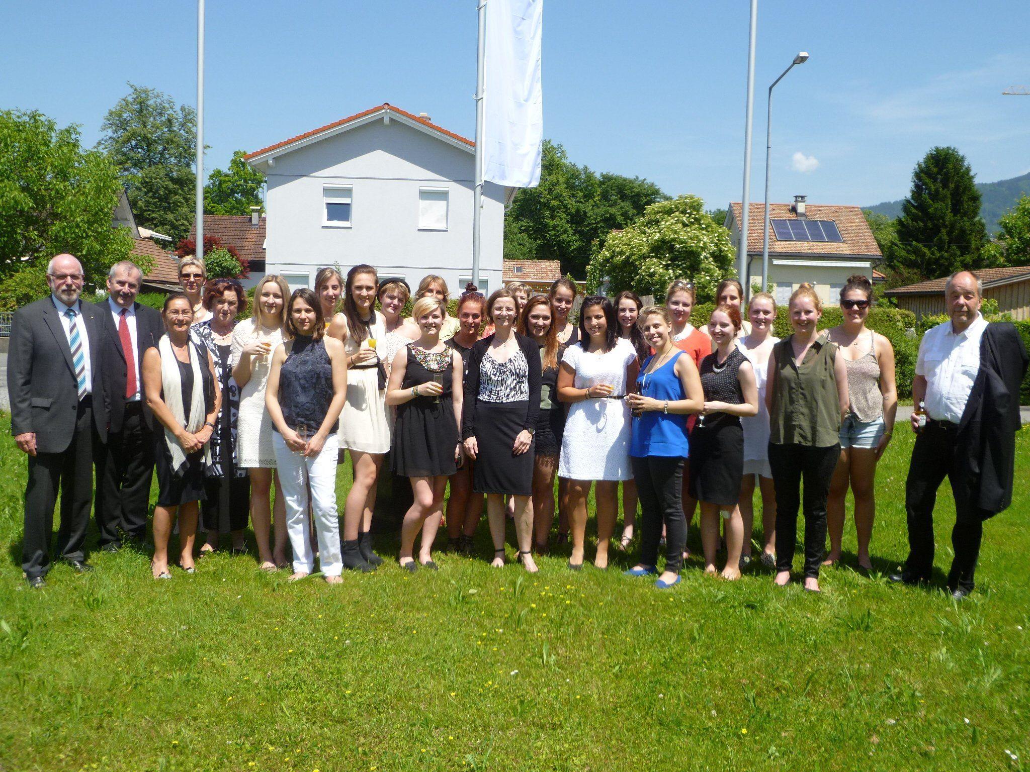Die 5aB Klasse freut sich mit KV Prof. Ingrid Jelen (vorne Mitte) über den gemeinsamen Erfolg.