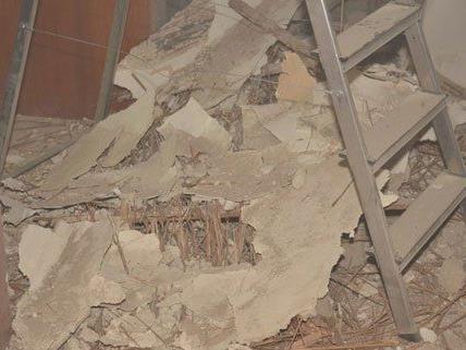 Der Bauarbeiter stürzte durch ein Loch im Fußboden.