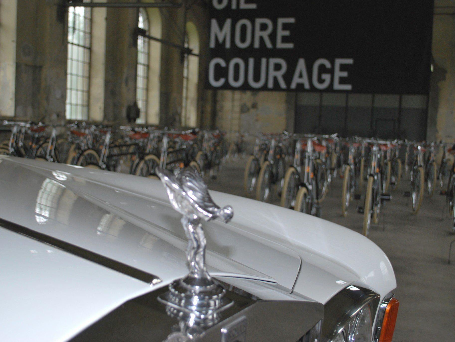 Ein Rolls Royce als Teil der Ausstellung im Kunstraum