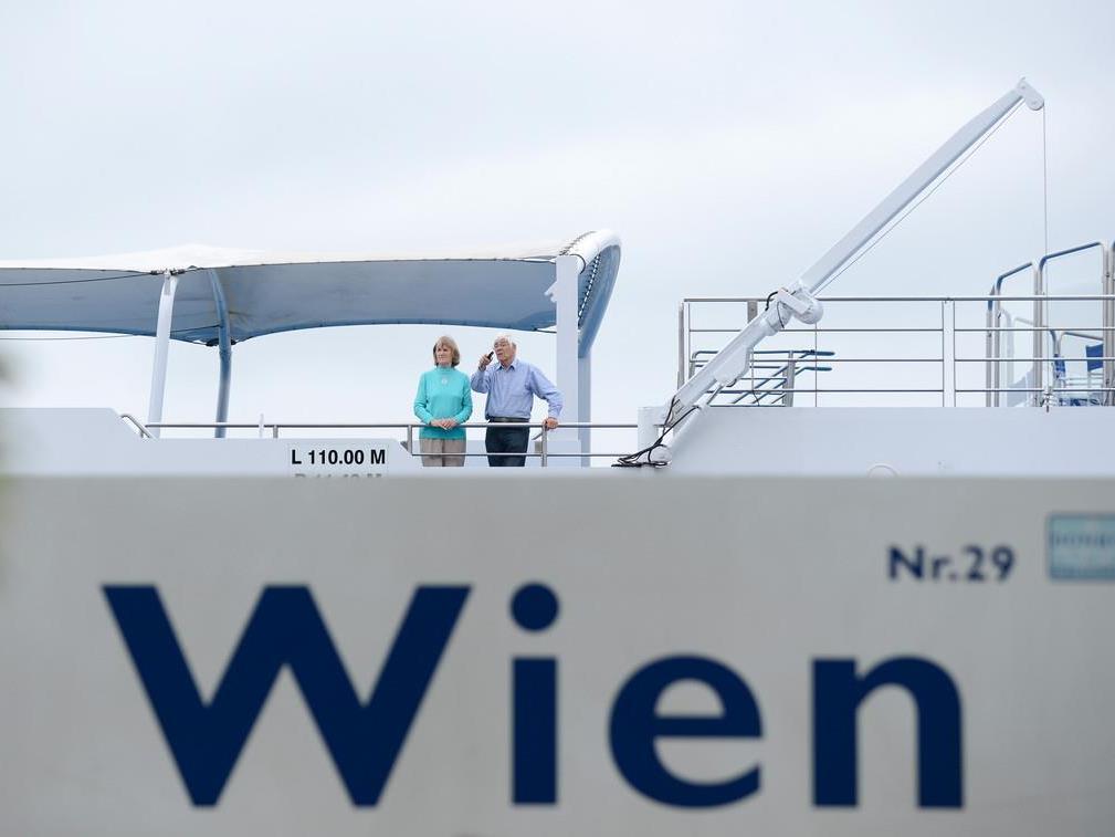 Hochwasser - Passagiere verlassen gestrandetes Donau-Kreuzfahrtschiff