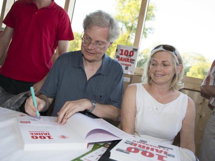 Autor Christian Rhomberg musste viele Autogramme nach der Präsentation des Jubiläumsbuch geben.