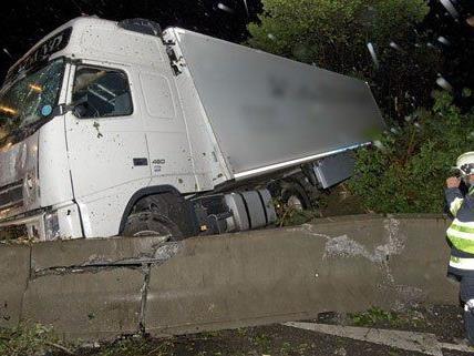 Auf der A21 kam es zu einem Lkw-Unfall.