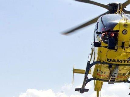 Der Mann wurde mit dem Hubschrauber ins Krankenhaus gebracht.