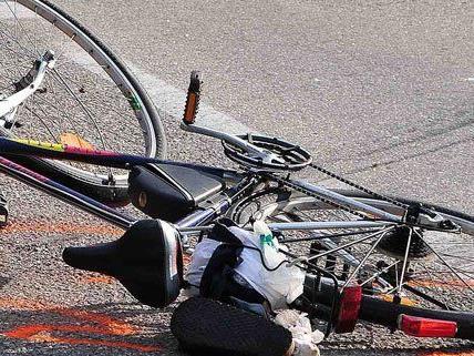 Bei einem Überholmanöver stürzten beide Radfahrer.