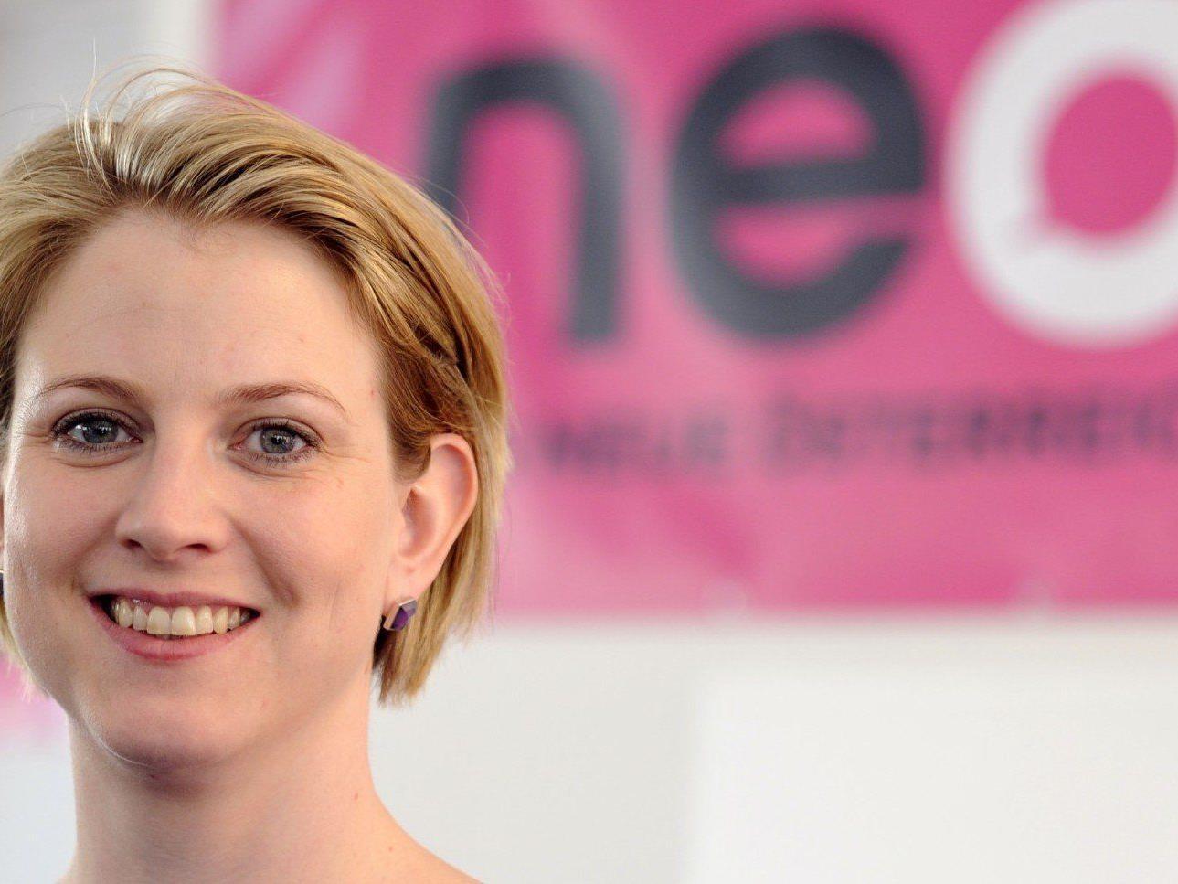 NEOS Vorstand Beate Meinl-Reisinger freut sich über die Unterschriften.