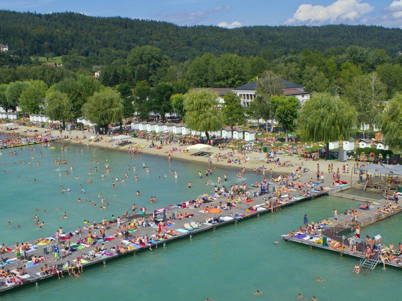 Das sommerliche Wetter lockt derzeit zahlreiche Badegäste an Österreichs Seen. (Im Bild: Strandbad Wörthersee)