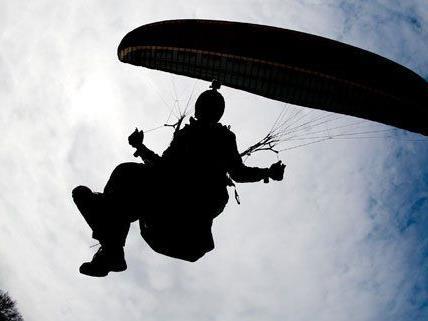 Der Gleitschirm-Pilot geriet in Turbulenzen und blieb in einer Baumkrone hängen.