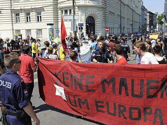 Demo bei Polizeieinsatz zum Abtransport der Flüchtlinge
