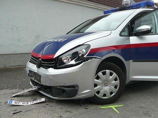 Der nach dem Unfall demolierte Polizeiwagen
