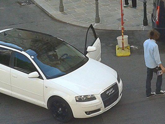 Völlig verstört wanderte der Audi-Fahrer mit dem verbeulten Nummernschild umher
