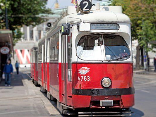 Ein Lkw riss die Oberleitung der Straßenbahn-Linie 2 herunter