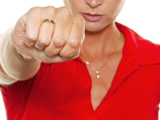 Eine Randaliererin ging mit Fäusten und Tritten auf ihre Opfer los