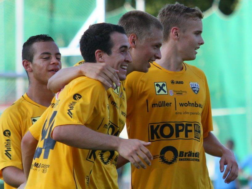 Aaron Kircher und Julian Erhart jubelt mit seinen Kollegen über den 2:0-Derbyerfolg in Dornbirn.
