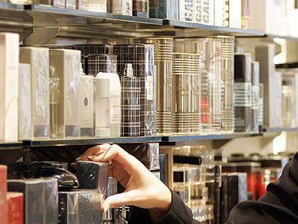 Eine Frau vergriff sich in einem Geschäft an Parfum