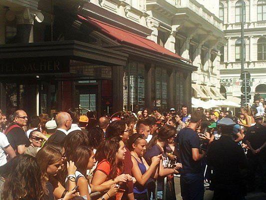 Fans warten vorm Hotel Sacher auf Rihanna