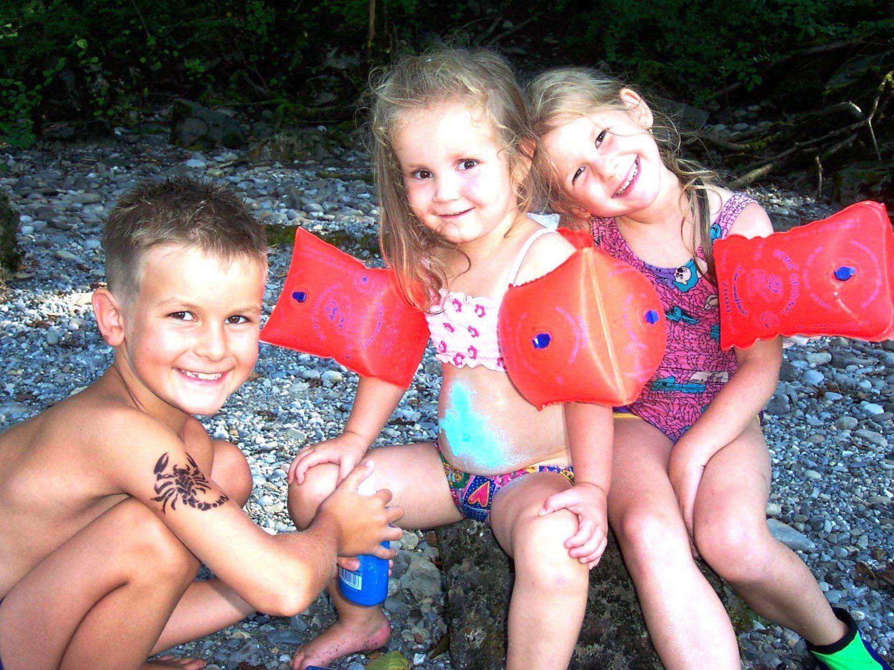 Beste Sonnenschutz für größere Kinder: T-Shirt, Hose, Kappe, Sonnenbrille und - creme.