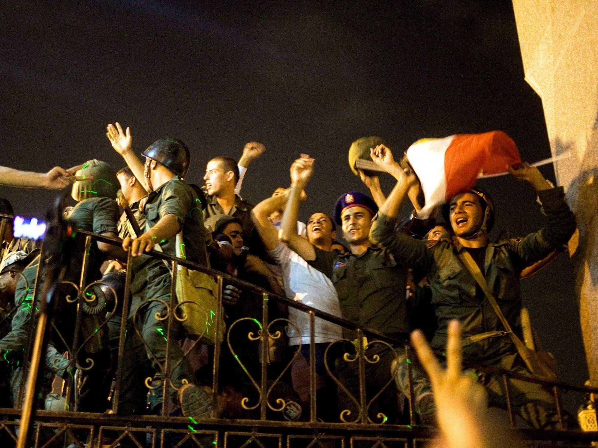 Demonstranten und Soldaten jubelten auf dem Tahrir-Platz.