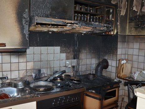 Eine person wurde nach dem Küchenbrand ins Spital gebracht.