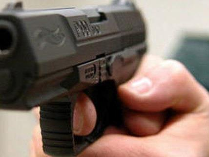 Die unbekannten Täter waren mit einer schwarzen Pistole bewaffnet.