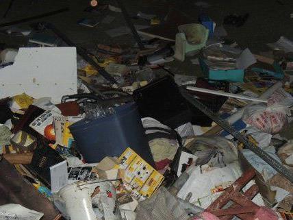 Aus einem Fenster wurde Müll in den Innenhof geworfen.