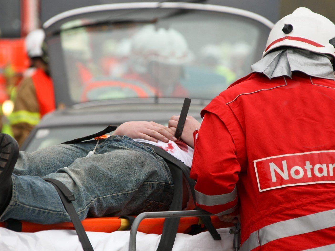 Ein Mann wurde in Deutsch Wagram unter einer eingestürzten Betondecke eingeklemmt.