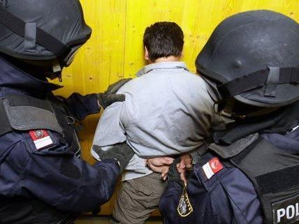 Die WEGA nahm drei Verdächtige fest.