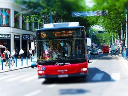 Die Lenker der Buslinie 13A wollen nicht weiter durch die Fußgängerzone in Wiener Mariahilfer Straße fahren.