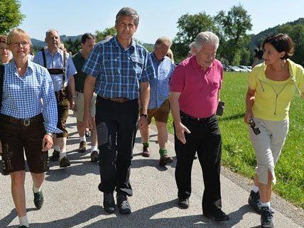 Die ÖVP hat ihre Wahlkampfrundfahrt am Montag mit einer Wanderung in Oberösterreich eröffnet.