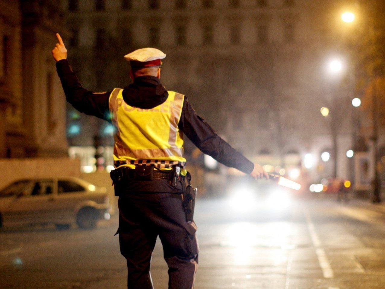 Bei Kontrollen wurden vier Polizeibeamte durch aggressive Männer verletzt.